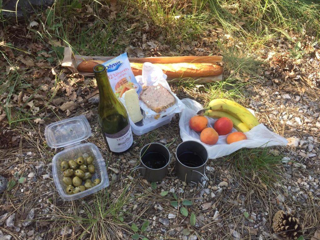 Zünftiges Abendessen auf dem Wald-Campingplatz in Sault