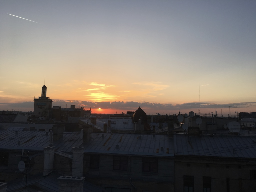 Sonnenuntergang über den Dächern von Riga bei der Investors White Night.